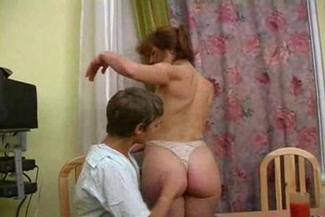 Сексуальная дама переодевается перед молодым человеком и совращает его